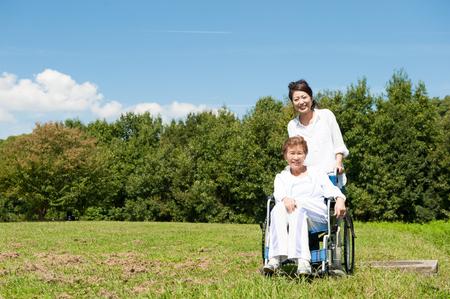 silla de ruedas: Paseos a mayor en un sillón de ruedas en el parque
