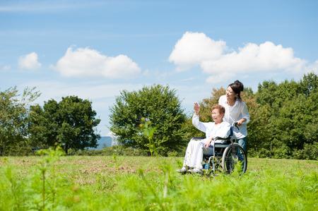 공원에서 휠체어를 타고 노인