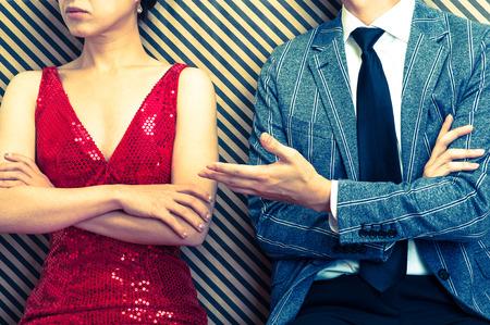 けんかをする男性と女性のカップル