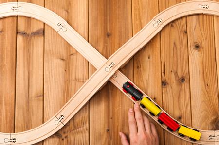 juguetes de madera: tren de juguete que se ejecuta en forma de ocho