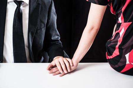 不審な男性と女性