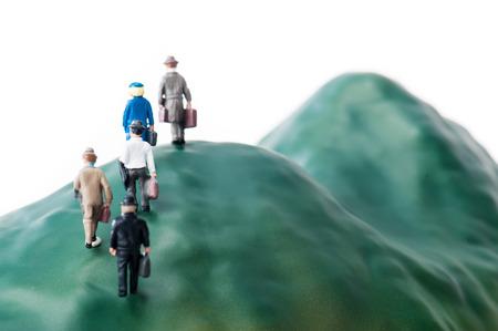 Homme d'affaires à pied de la montagne escarpée
