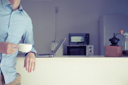 카운터 주방, 남자들은 개인용 컴퓨터를 사용합니다.