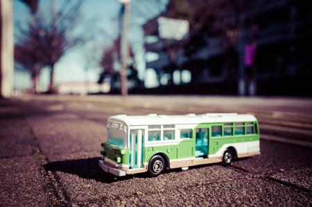 バス、背景をぼかし