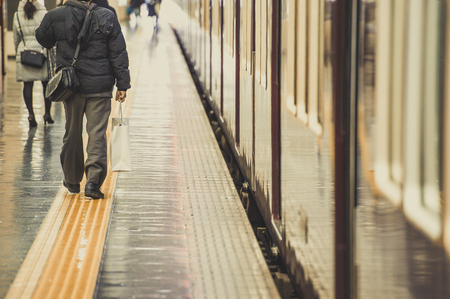 bustle: People who walk the platform of the station, scene
