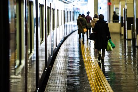 역의 플랫폼을 걷는 사람들, 장면
