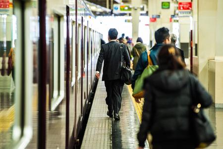 駅のホームを歩く人のシーン 写真素材