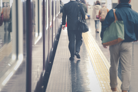 Las personas que caminan la plataforma de la estación, escena Foto de archivo - 55236107