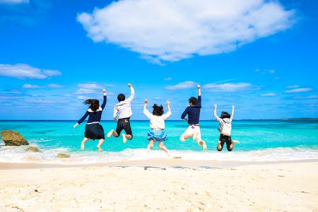 젊은 사람들이 해변에서 점프