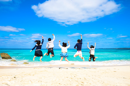 Los jóvenes que saltan en la playa
