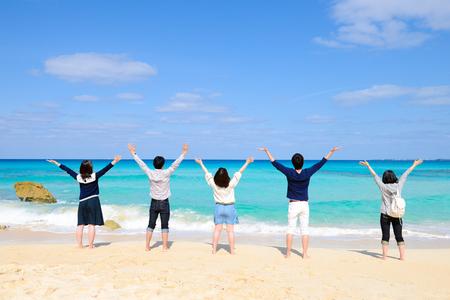 다섯 젊은 사람들이 바다의 경치