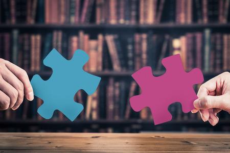 지그 소 퍼즐 조각을 가지고 인간의 손에