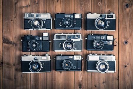 木製のテーブルに古いカメラ