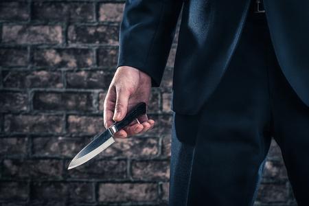 El hombre tiene un cuchillo