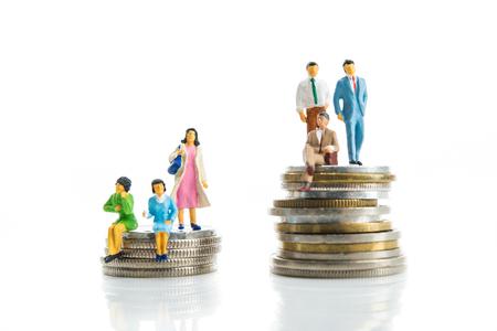 男性と女性は、コインの上に座っています。