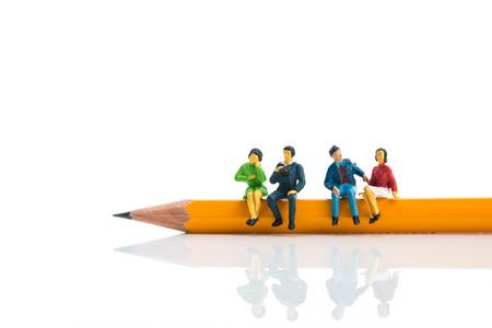 鉛筆の上に座っている人