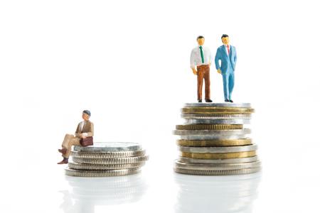 remuneraciones: Miniatura, hombre de pie en la parte superior del dinero