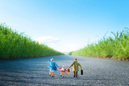 Familie, die Straße zu gehen