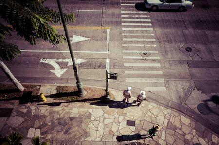 paso peatonal: Paso de peatones, personas de edad avanzada