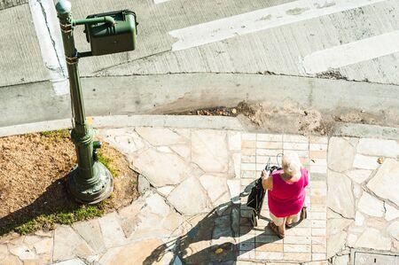 paso de cebra: Paso de peatones, personas de edad avanzada