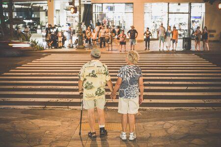 paso de peatones: Paso de peatones, personas de edad avanzada