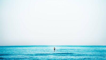salud y deporte: Mar y surfistas
