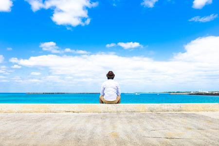 男性は海を見詰める