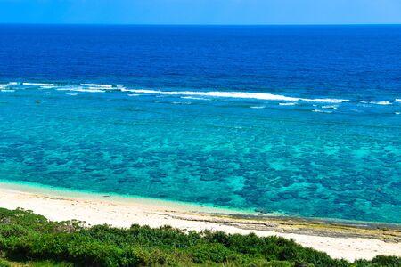 沖縄、サンゴ礁の海