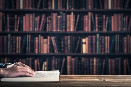 ビジネスマンは本、体の部分を読んでいます。 写真素材
