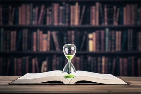 모래 시계 및 책