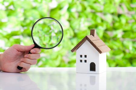 家のモデル、緑の背景 写真素材