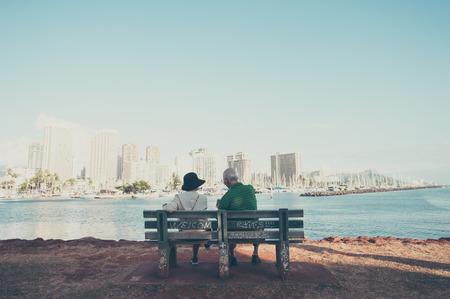 Un paio di anziani seduti sulla spiaggia Archivio Fotografico - 58893597