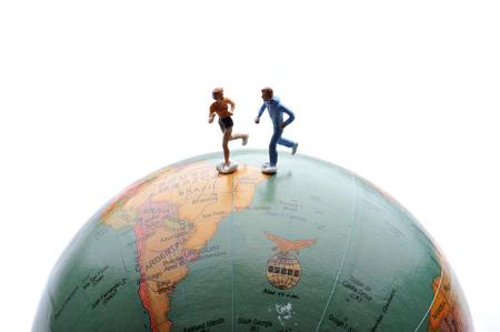 ser humano: Miniature ser humano se ejecuta en la Tierra Foto de archivo