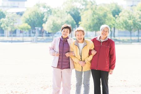 Drie Japanse ouderen om de weg te lopen