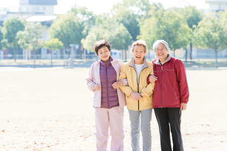 talkative: Three Japanese elderly to walk the road