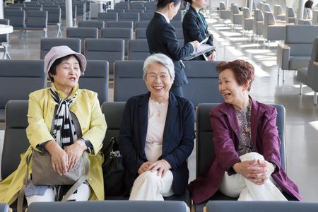 Bejaarde vrouw zitten