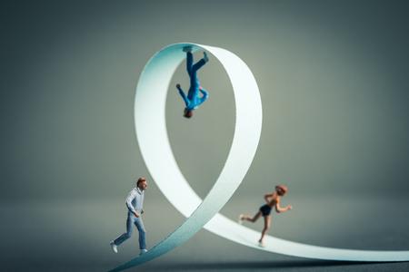 Miniatuur van de mens het uitvoeren van de weg