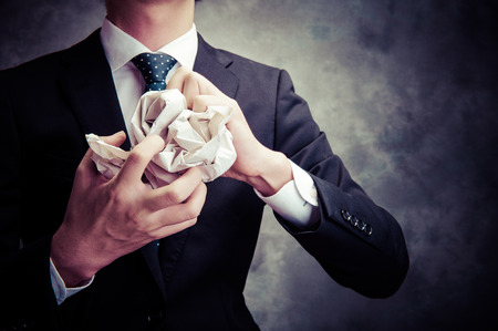 zakenman met weggegooid papier Stockfoto