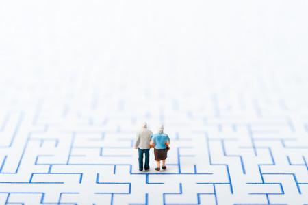 高齢者のカップルは、迷路を歩く