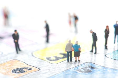 手書きの地図の上を歩く老夫婦
