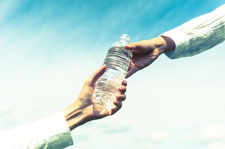 Gebotteld water, elkaar helpen