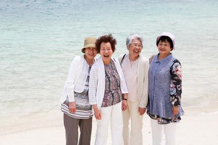 ビーチに立っている高齢者の女性 写真素材
