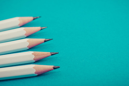 흰색 연필, 녹색 배경