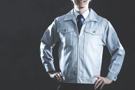 Mężczyźni ubrani w ubranie robocze