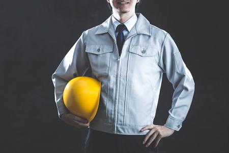 Mężczyźni ubrani w odzież roboczą
