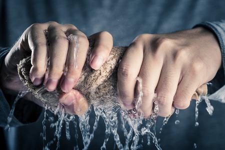 タオルを絞る人の手 写真素材