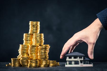 Een grote hoeveelheid geld en huismodel Stockfoto
