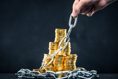 Een grote hoeveelheid geld en ketting Stockfoto - 71687350