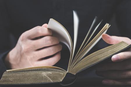 책을 읽고 스톡 콘텐츠