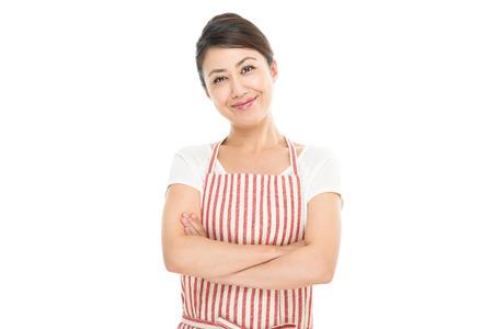 アジアの女性のエプロンを着用